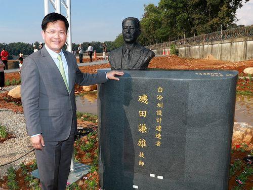 林佳龍・台中市長(左)と磯田謙雄の像=同市政府提供
