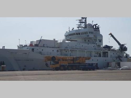 高雄港に寄港中の米海洋調査船=高雄税関提供