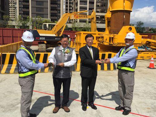 桃園メトロ新線の起工式に出席する鄭文燦市長(左から2人目)