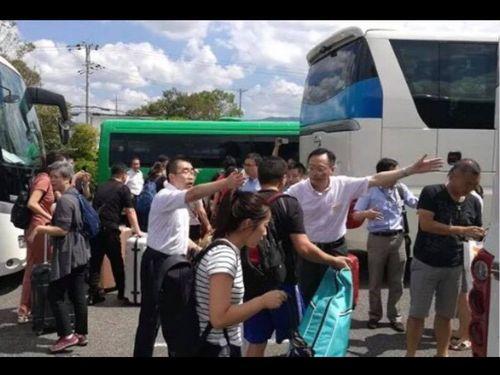 中国が手配したとされるバスなどが写る写真=謝長廷駐日代表のFBから