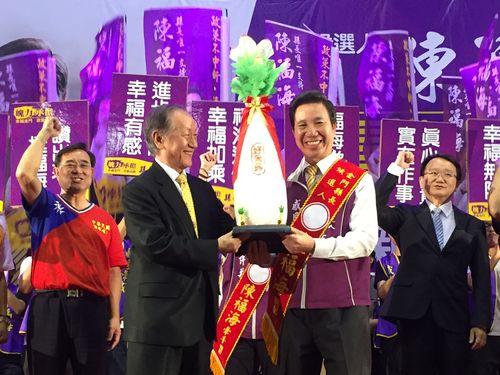 支持者から選挙の縁起物を贈られる金門県の陳福海県長(手前右)=10月10日撮影