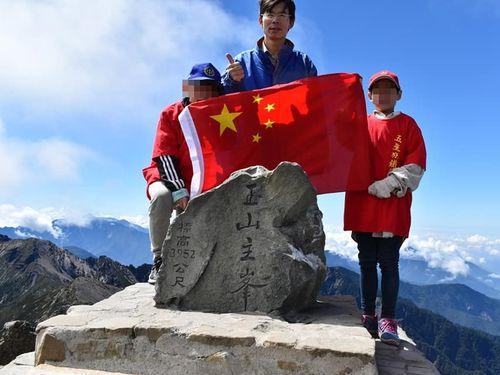 台北市議選候補の鄭建キン氏が玉山の山頂で中国の五星紅旗を広げて撮影した写真(キン=火へんに斤)=同氏のフェイスブックから