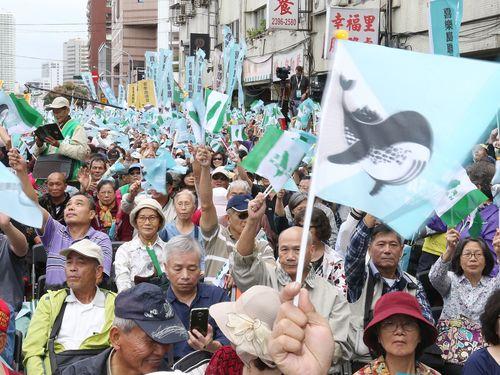 台湾の独立を求めるデモに参加する人々