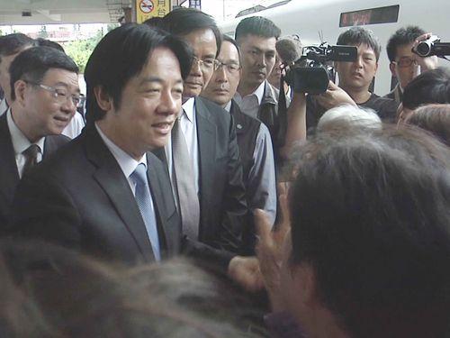 花蓮駅で市民らから歓迎を受ける頼清徳行政院長(手前左)