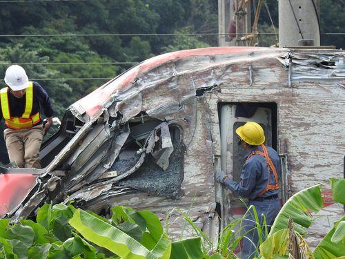 脱線した特急プユマ号の先頭車両=事故翌日の10月22日に撮影