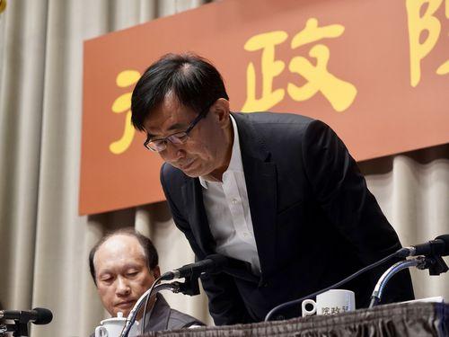 列車脱線事故について謝罪する呉宏謀交通部長(右)