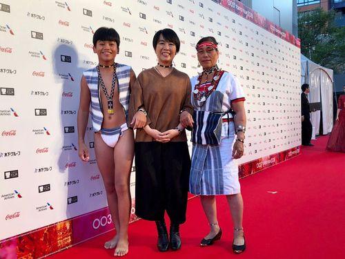 東京国際映画祭のレッドカーペットを歩く「海だけが知っている」出演の(左から)ジョン・ジアジュン、ツイ・ヨンフイ監督、リー・フォンイン=海鵬影業提供