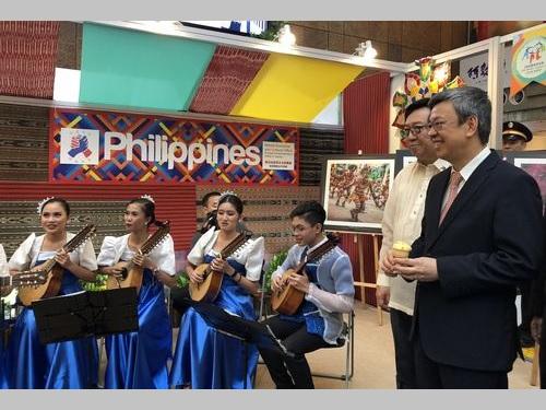 フィリピンのブースに訪れる陳建仁副総統(手前右)