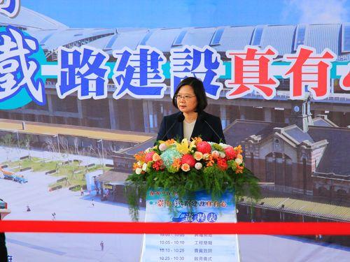 台中市の鉄道高架化に伴う新設5駅供用開始式典であいさつする蔡英文総統