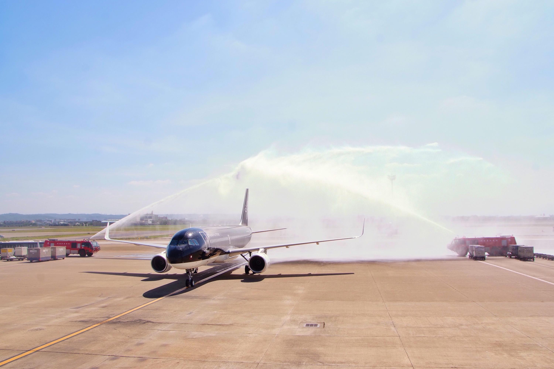 桃園空港に到着した初便への歓迎放水アーチ