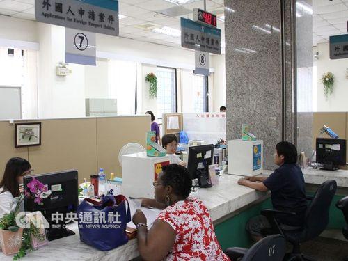 移民署で居留証を申請する外国人ら