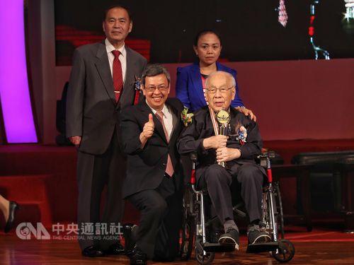 高齢ながら、現在も第一線で後進の育成に取り組んでいる医師の楊思標さん(前列右)