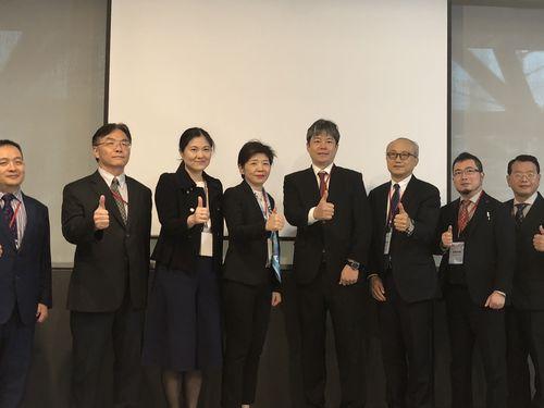 台湾医界聯盟基金会の林世嘉執行長(右から5人目)らフォーラムの参加者たち