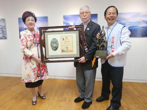 呂秀蓮元副総統(左)から賞状を受け取る池田宏さん(中央)
