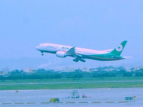 桃園空港を飛び立つエバー航空のボーイング787-9