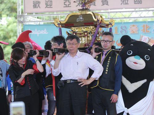 みこしを担ぎ、台北温泉祭りのPRをする柯文哲市長(白いシャツの男性)