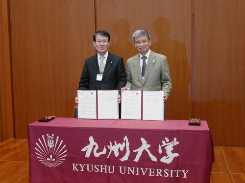連携強化を喜ぶ(左から)九州大の久保千春学長と台湾師範大の呉正己学長=台湾師範大提供