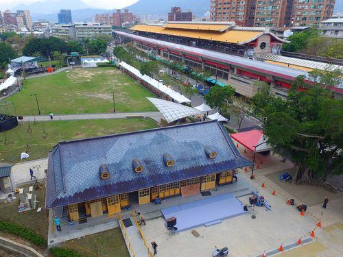 台北メトロ新北投駅一帯。手前の建物は、日本統治時代に建てられた台湾鉄道の同名駅の旧駅舎
