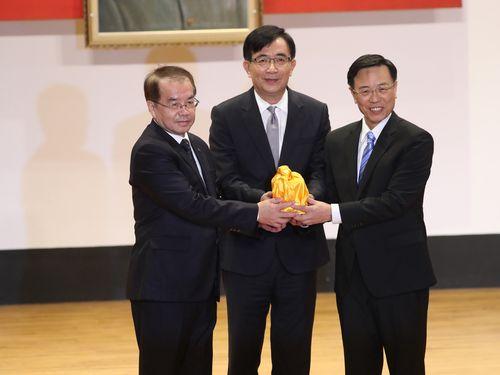 台湾鉄路管理局の張政源・新局長(右)