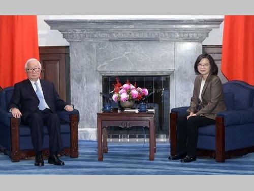 総統府でAPEC特使の張忠謀氏(左)と面会する蔡英文総統