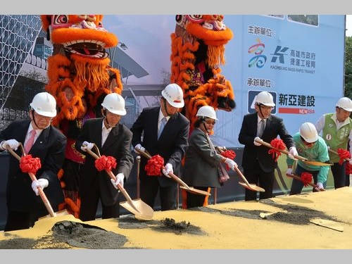 高雄MRTレッドライン延伸部の起工式に出席する陳菊総統府秘書長(左から4人目)