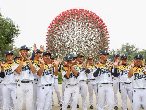 台中花博をPRする地元球団「台湾人寿」の選手ら