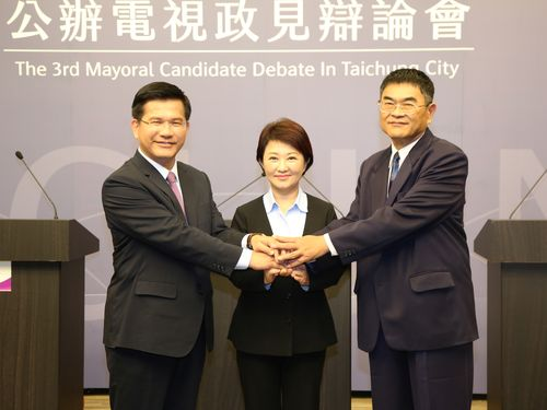 記念撮影を撮る(左から)林佳龍台中市長、盧秀燕立法委員、無所属の宋原通候補=同市選挙委員会提供