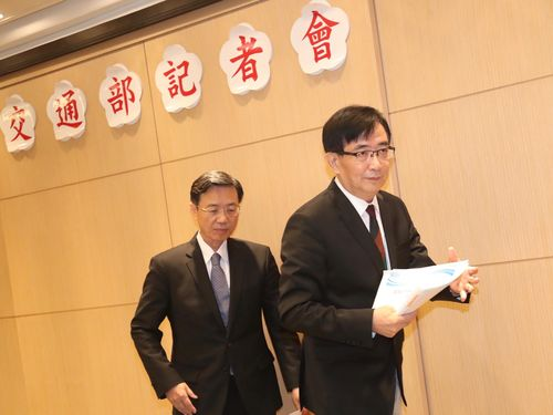 記者会見をする呉宏謀交通部長(右)と張政源台鉄局長