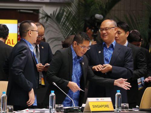 APEC閣僚会議で各国の代表に台湾の立場を伝えるトウ振中・政務委員(手前右)