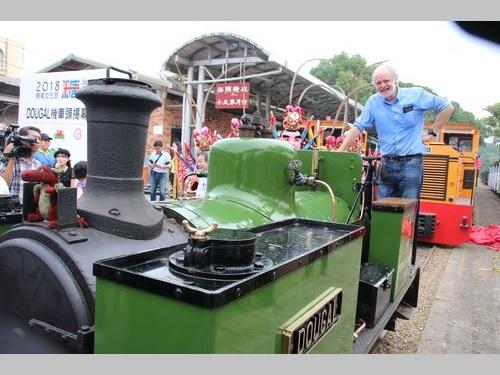 小型蒸気機関車「ドゥーガル」と英国人技師のジョン・バンクラフトさん