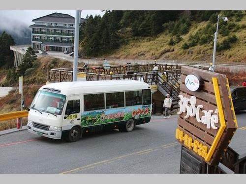 合歓山の標高3275メートル地点(武嶺)を通過する「6506」路線のバス