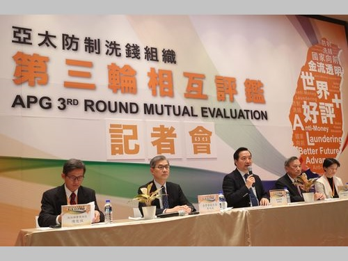 APGによる第3次相互審査について説明する羅秉成・政務委員(中央)ら