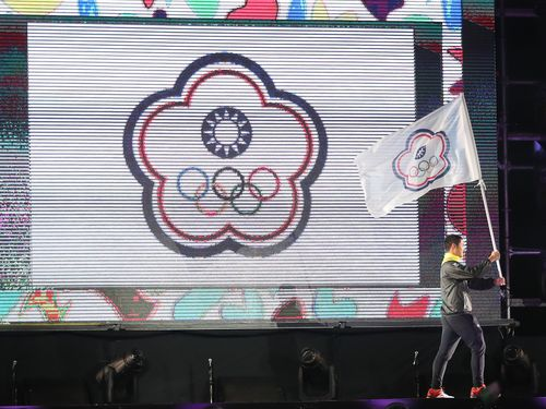 10月6日のアルゼンチン・ブエノスアイレス夏季ユース五輪開会式で中華オリンピック委員会の旗を持って入場行進するアーチェリー台湾代表の湯智鈞