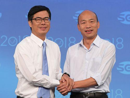 討論会の前に握手を交わす陳(左)、韓両候補=三立テレビ提供