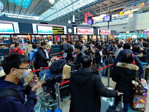 キャリーバッグを運ぶ家族連れなどで混雑する桃園空港=資料写真