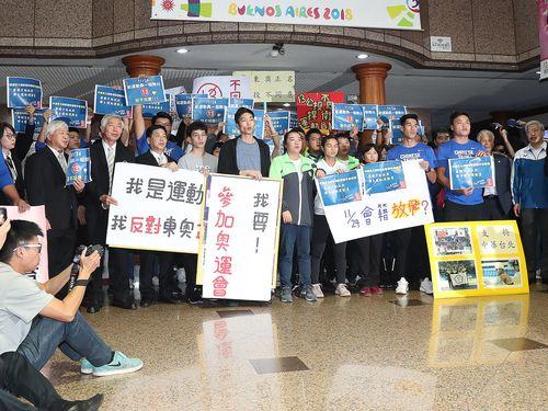 東京五輪をめぐる国民投票への反対を表明する選手ら