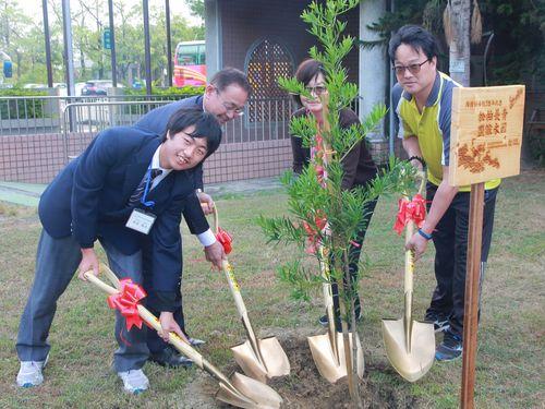 尾道特別支援学校の沖田浩二校長(左から2人目)らと共にイヌマキを植樹する嘉義特殊教育学校の許碧雲校長(右から2人目)