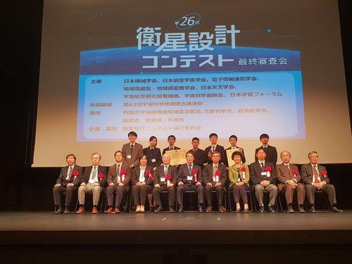 日本の衛星設計コンテストで受賞する成功大学の学生たち(後列7人)=同大提供
