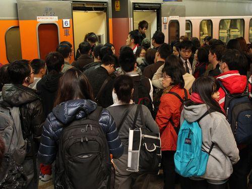 投票のために本籍地に帰省する人であふれる台湾鉄道の駅のプラットホーム=資料写真