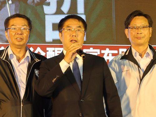 勝利宣言をする黄偉哲氏(中央)