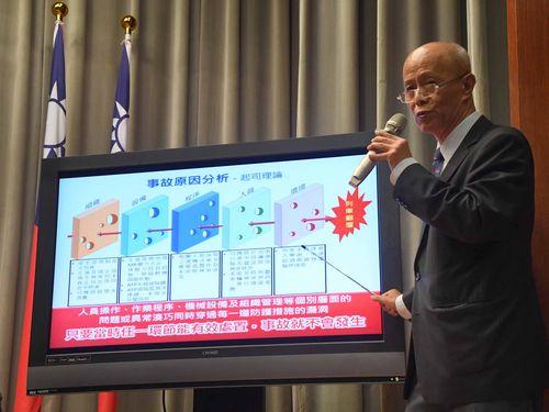 特急プユマ号の脱線事故について調査結果を説明する交通部鉄道局の胡湘麟局長