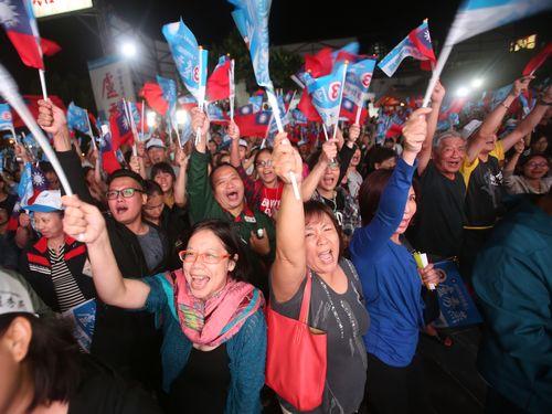 勝利を喜ぶ最大野党・国民党の支持者たち