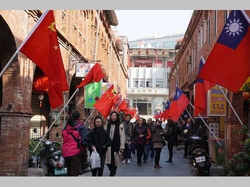 金門の模範街にはためく中華民国国旗と中国の五星紅旗=資料写真