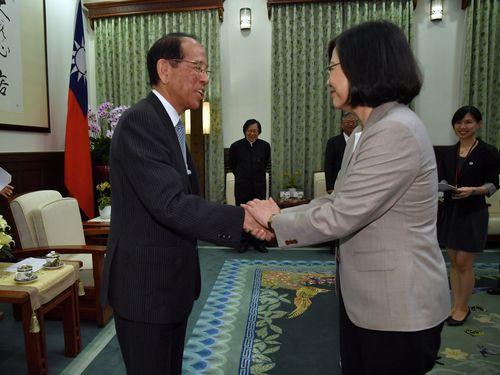 日本台湾交流協会の大橋光夫会長(左)と握手をする蔡英文総統=総統府で2017年9月撮影