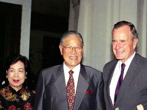 桃園空港で李登輝総統(中央)夫妻の出迎えを受けるブッシュ前米大統領(右)=肩書はいずれも1993年11月当時