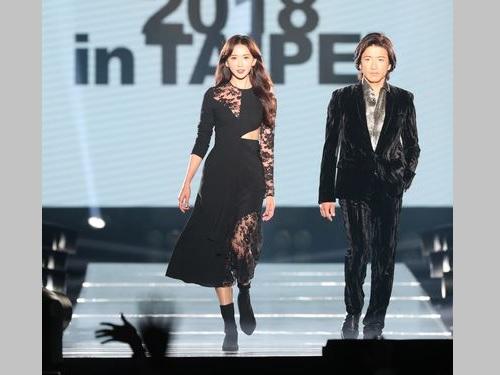 台北で開催のファッションショーに参加する(左から)リン・チーリンと木村拓哉