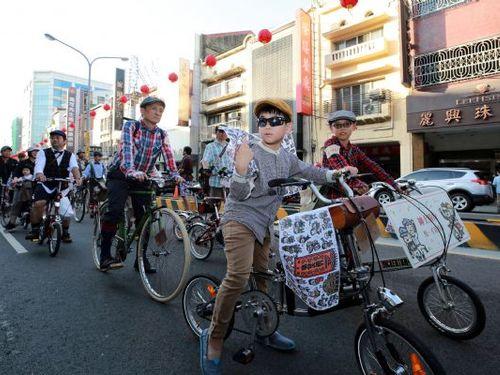 「ハヤシ百貨店」開業87年目を祝うパレードに自転車で参加する人々=台南市政府提供
