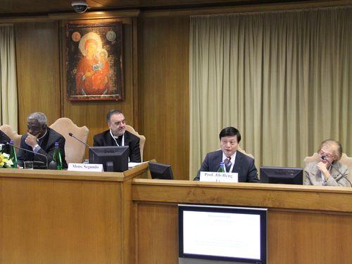 薬物中毒に関する国際会議に出席した李志恒教授(右から2人目)=駐バチカン大使提供