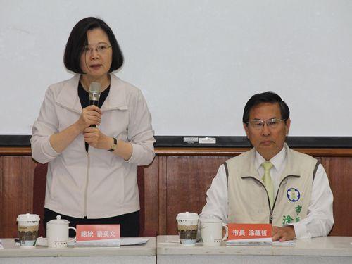 民進党の座談会に出席し、今後の政権運営について方針を示す蔡英文総統(左)