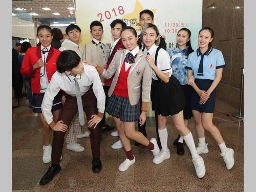 ファッションショー形式でお披露目された制服コンテストの受賞作の数々。1位は前列左の男子生徒の肩に手を置く女子生徒のもの